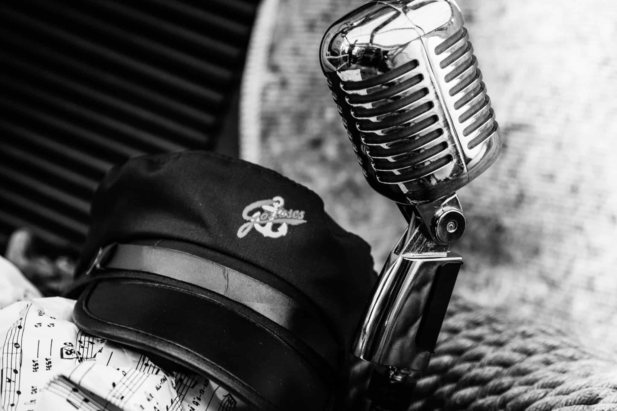 Svartvit bild på mikrofon med en keps.