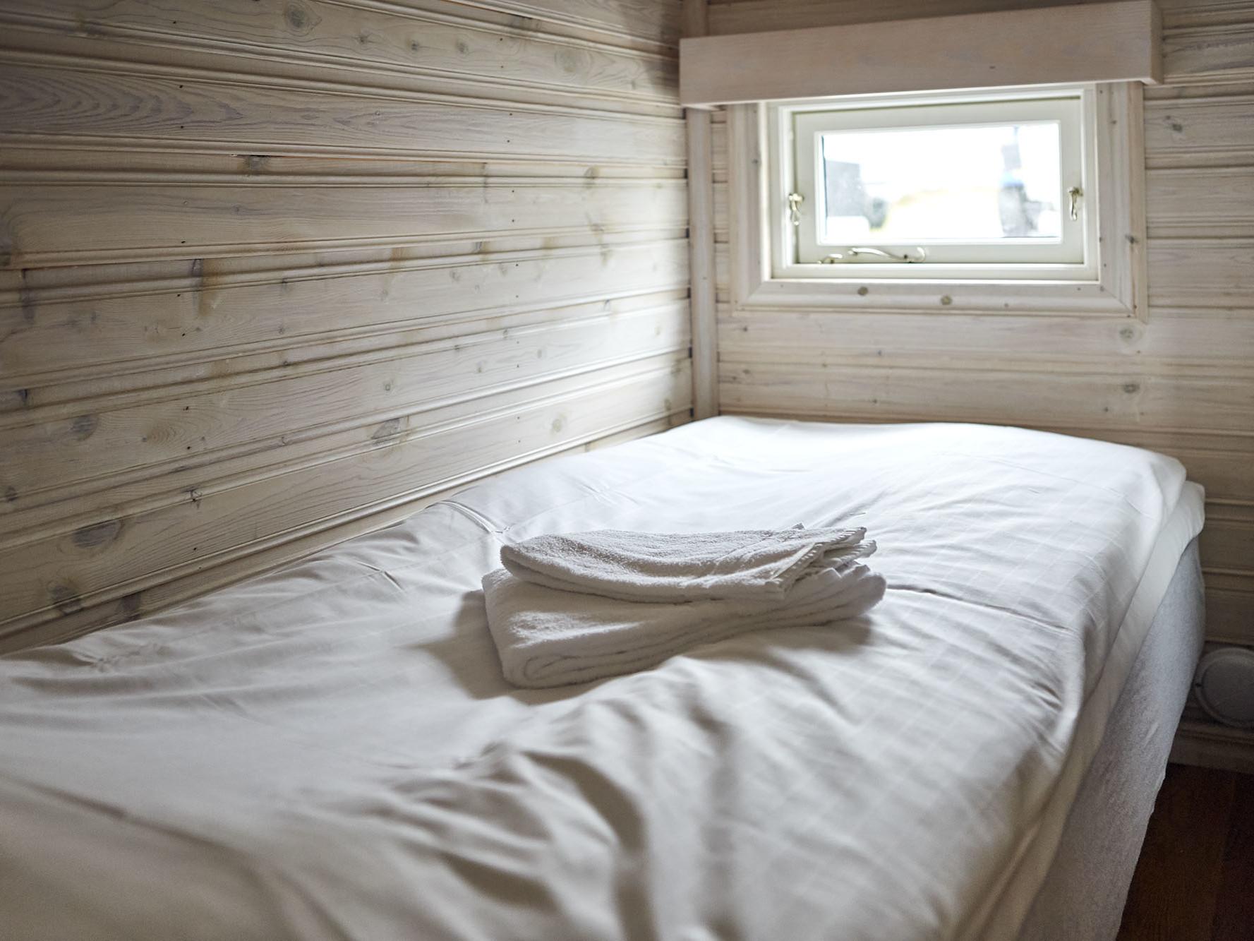 En säng i en stuga på Lagunen. Bäddad.