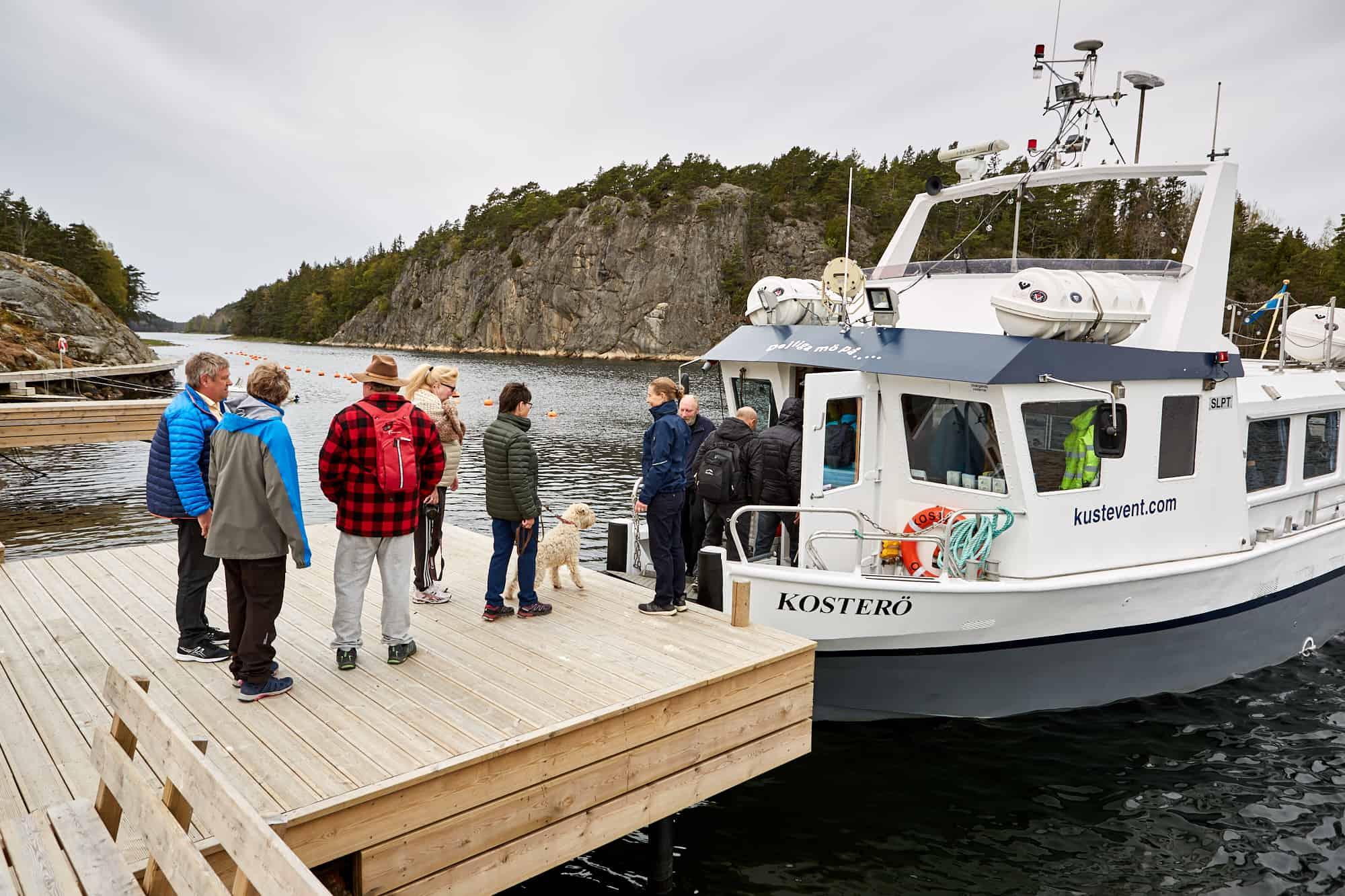 Personer väntar på att gå ombord på båten som ska ta dem ut i Kosterhavet på västkusten nära Strömstad.