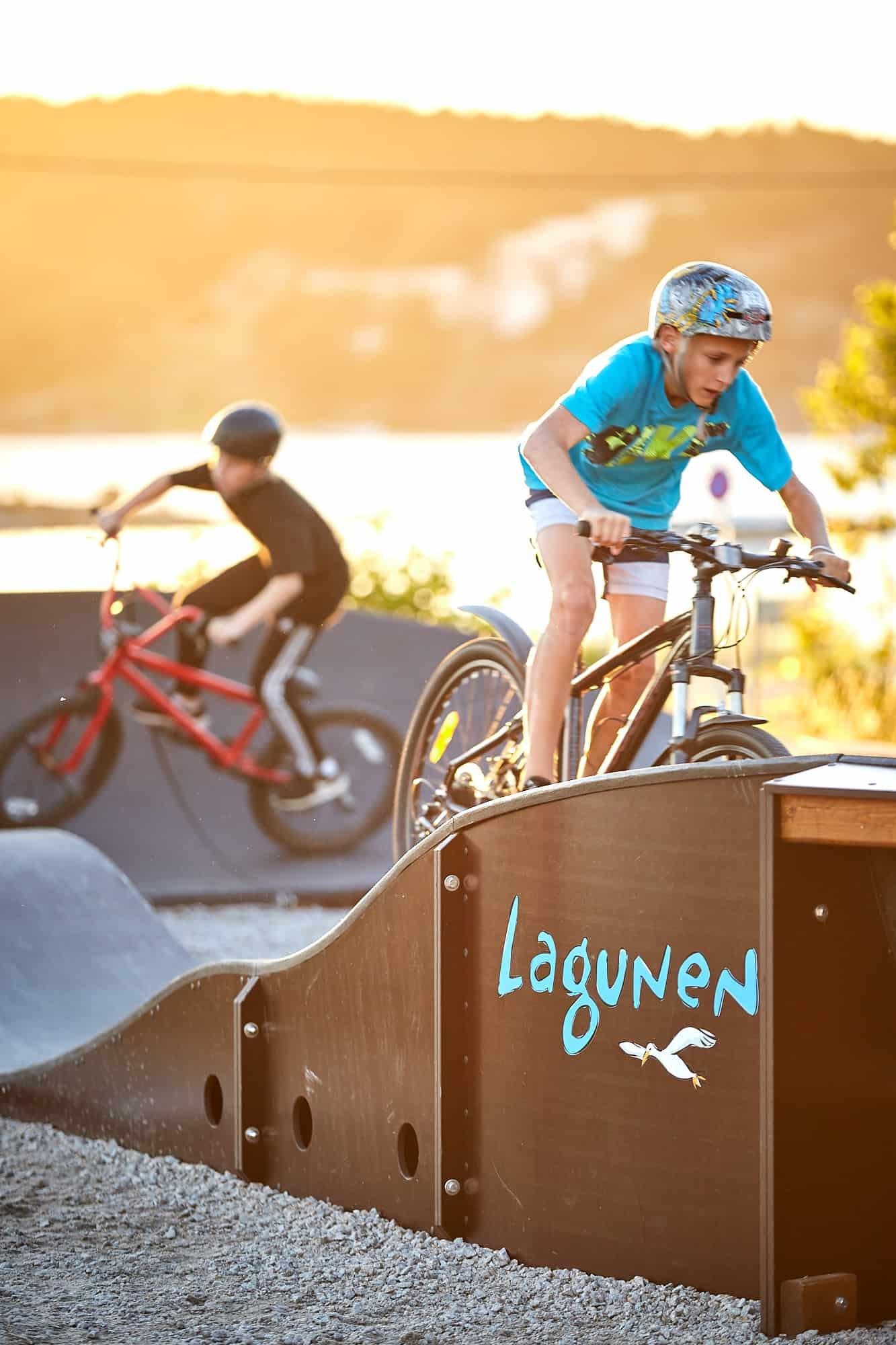 Två pojkar cyklar i äventyrsbanan.