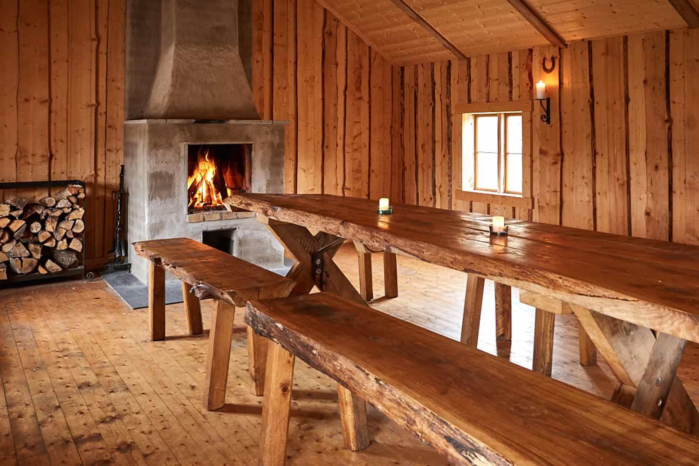 Inuti en grillstuga av trä.