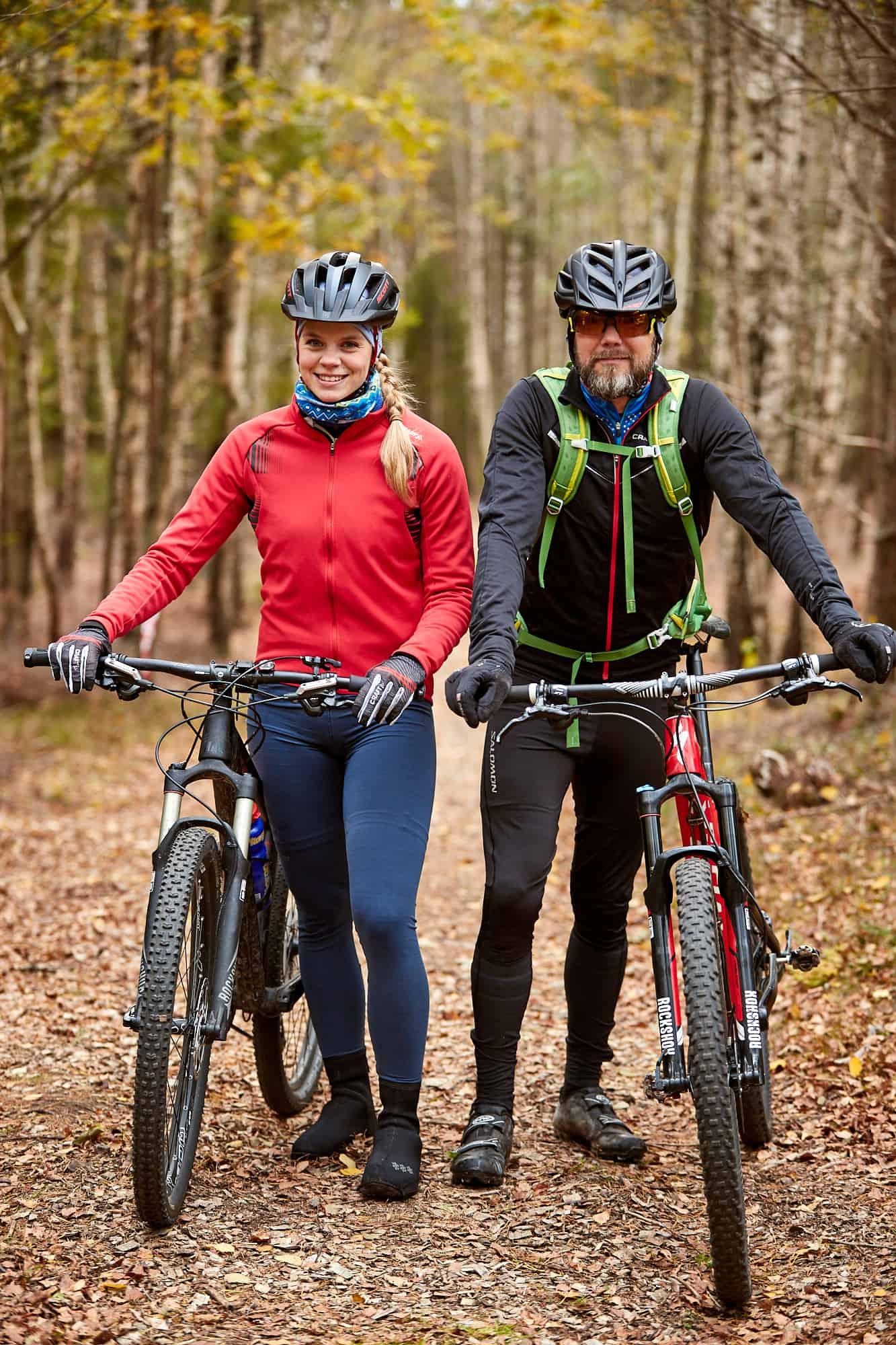 Två cyklister i skogen utanför Lagunen.