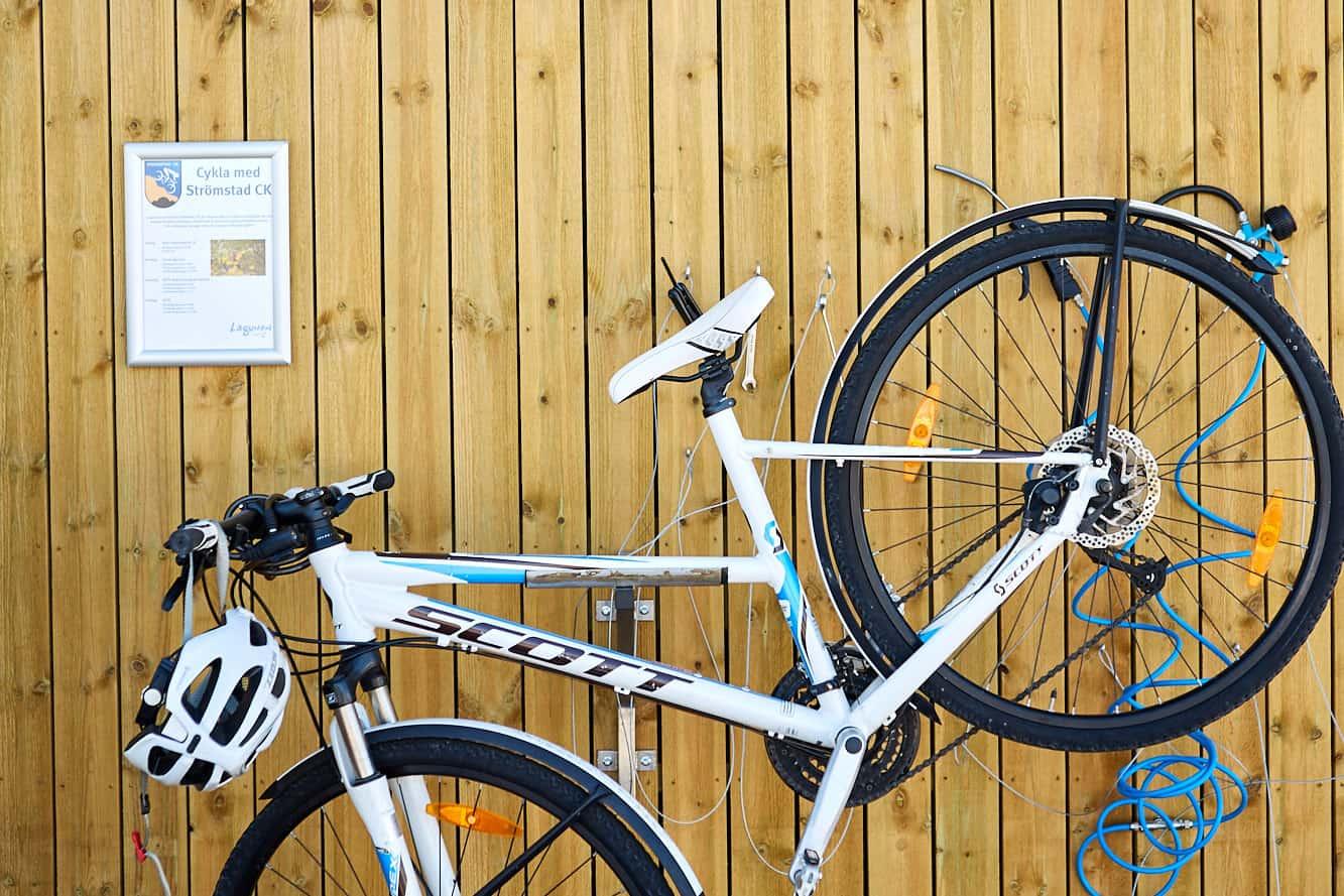 Cykel hänger på en vägg på Lagunen i Bohuslän.