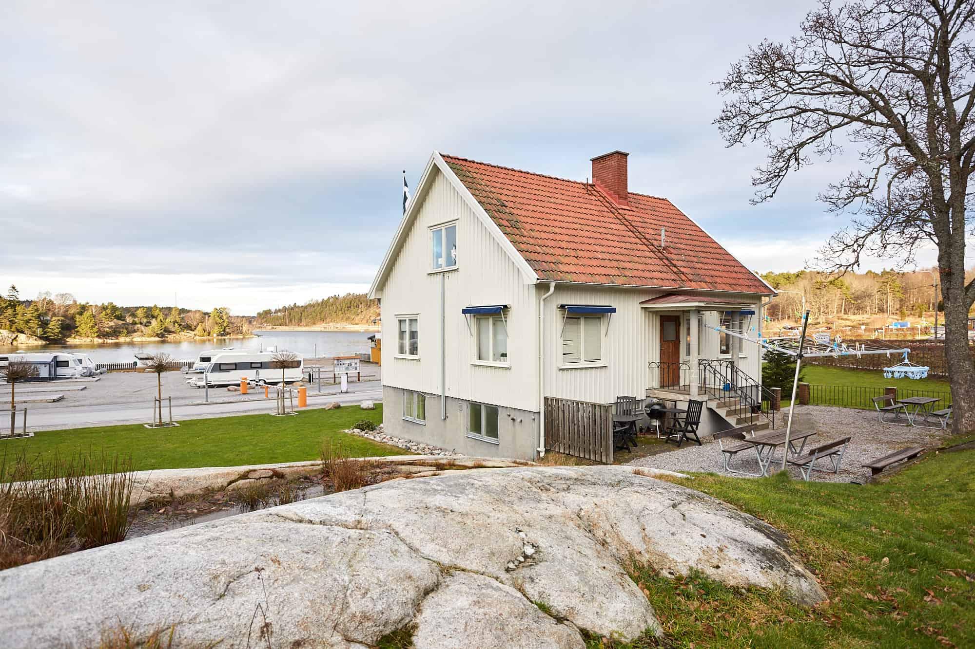 Bild på hus nere vid det västkustska vattnet på Lagunen.