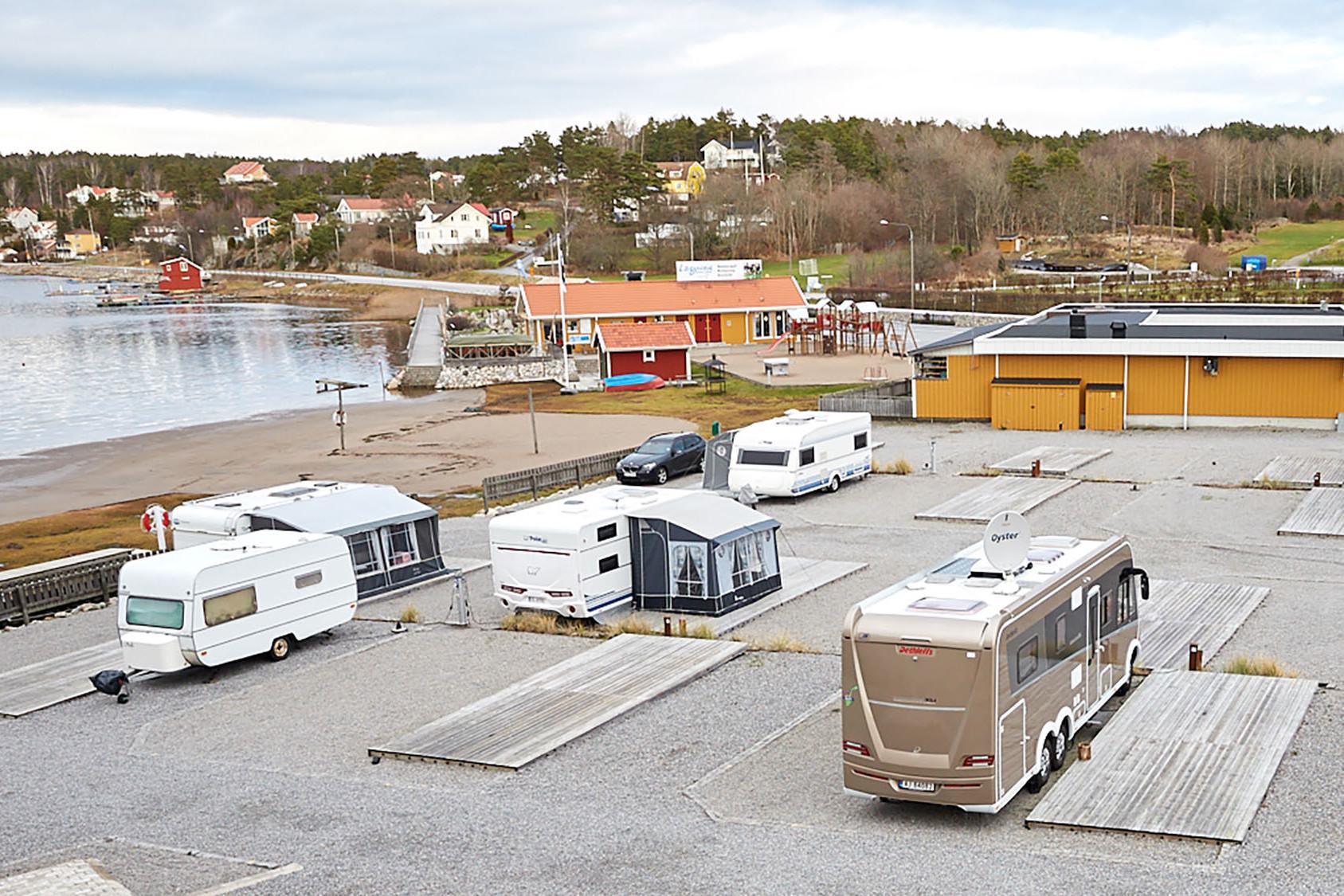 Utsikt över husbilar och stranden.