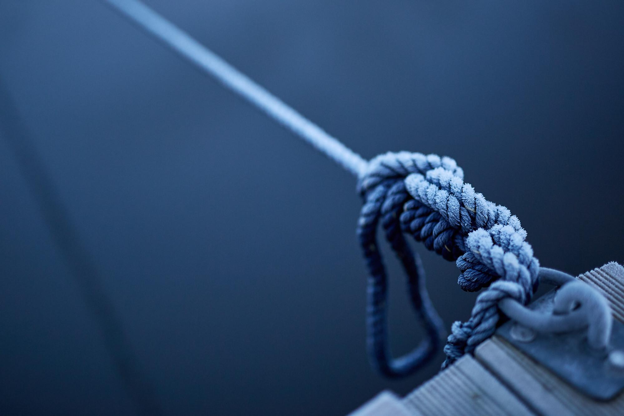 Närbild på rep som används till båtar som lägger till vid camping i Strömstad.