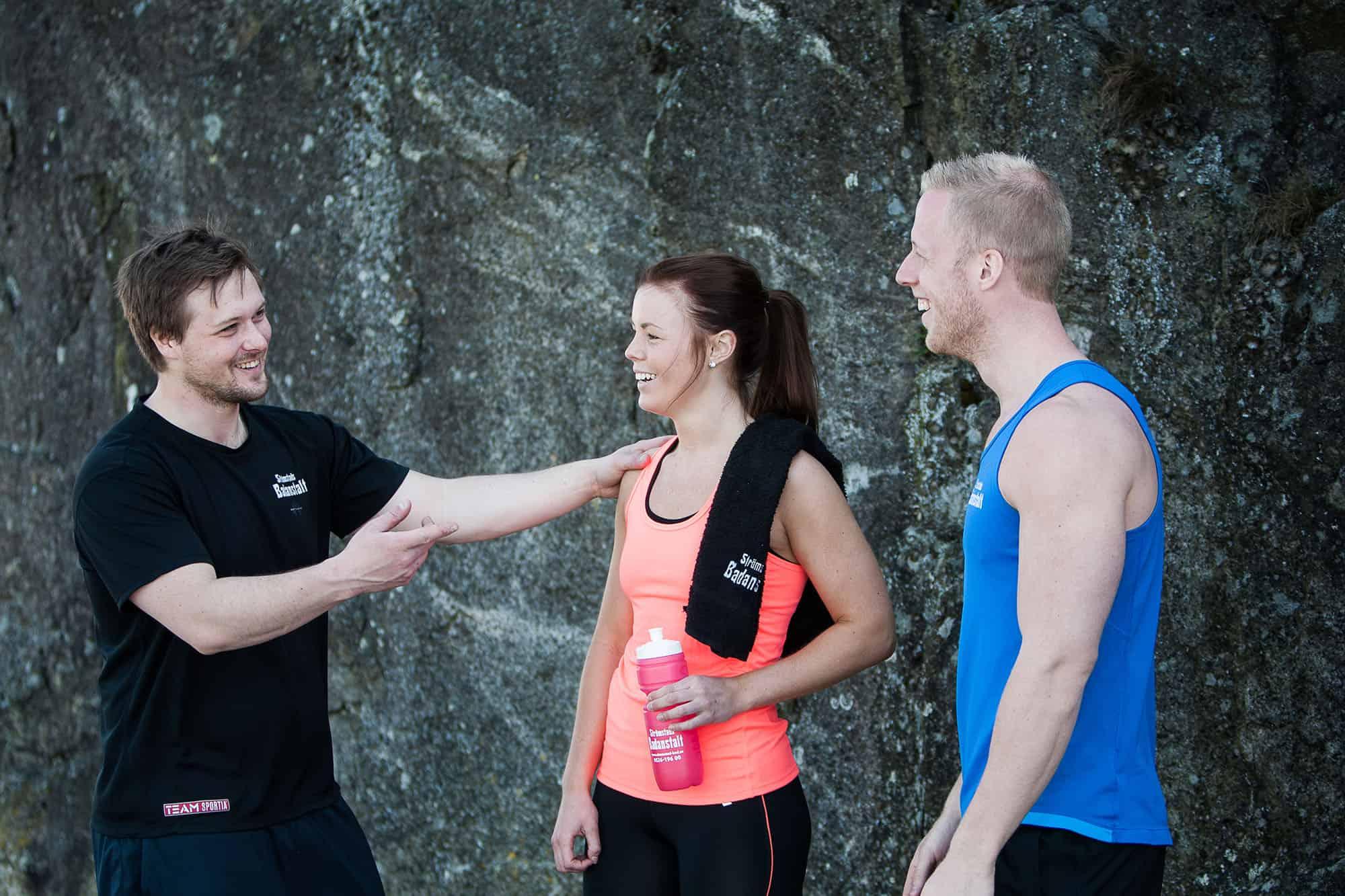 Tre personer tränar ute på västkusten utanför Strömstad.